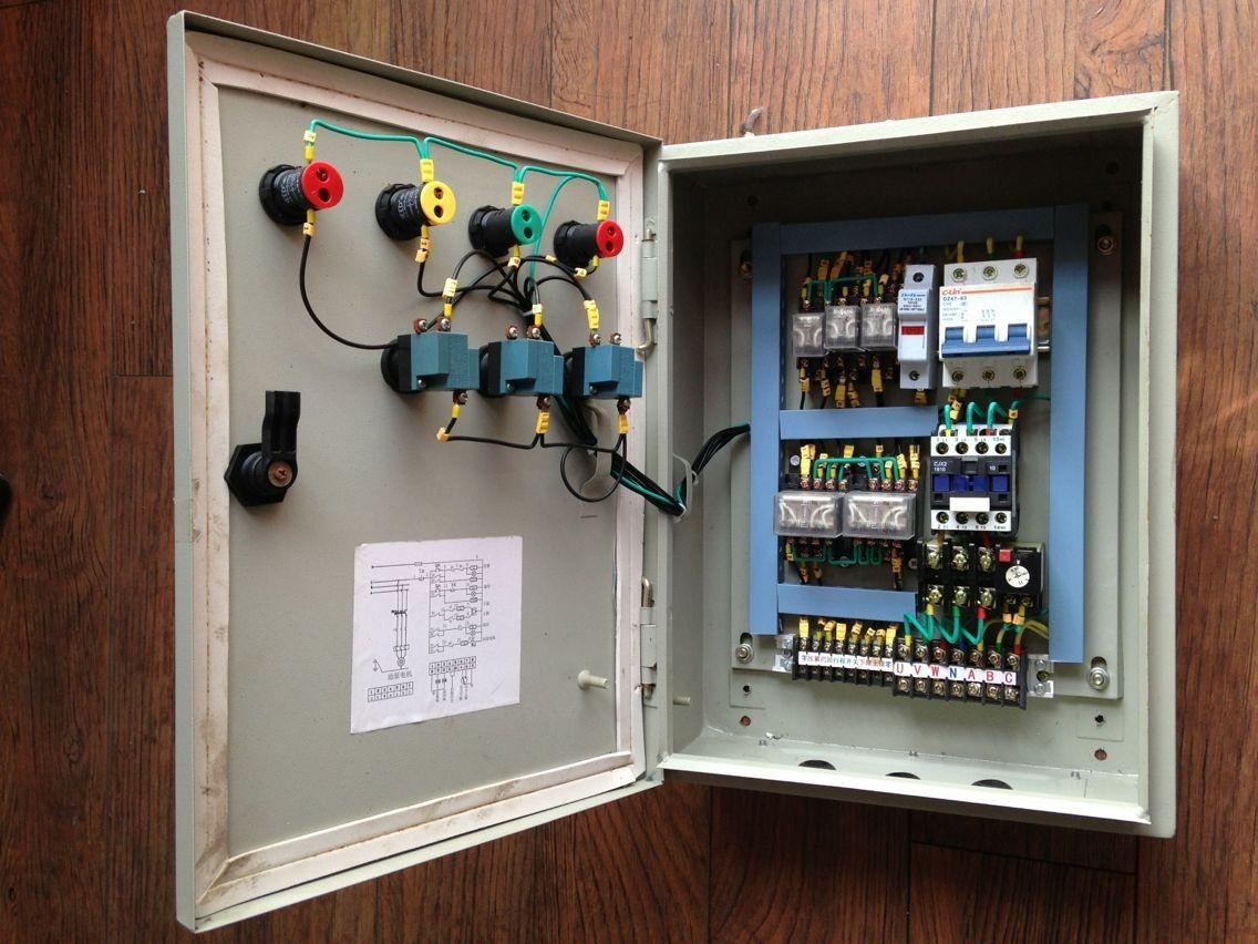 产品特点 1、外壳采用优质钢板焊接成型,内装各种防爆电器,可按 照用 户提供的电器原理图及主要技术参数定配电柜的 外形尺寸并选用相应的防爆电器,可根据要求制作成面 板上直接操作或开门后操作等形式。 常见方案举例 : (一)、多路动力(照明)配电通过将多个防爆断路器或动力(照明)配电箱及数个防爆 接线箱组合,可在电压380V,电流630A的三相 交流50Hz配电系统中实现动力,照明配电设备的电能转换分配及控制。 380V 630V,50Hz.