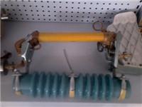 跌落式熔断器是什么材质的